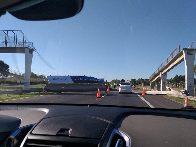 Un camión derribó un puente en la ruta 2