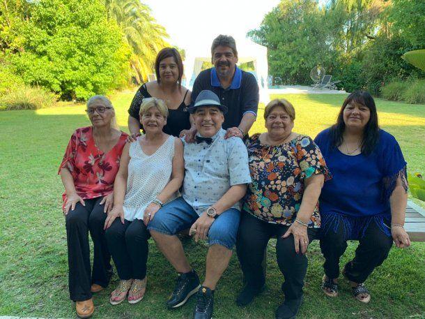 Maradona con sus hermanas y su hermano el