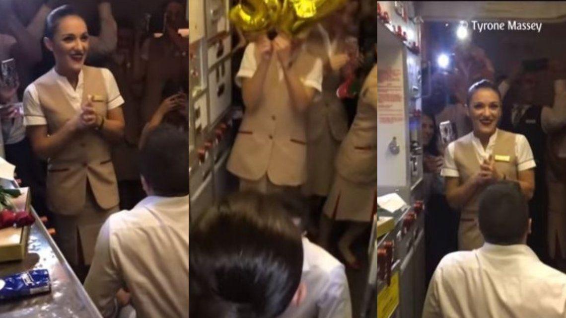 Se hizo pasar por pasajero y le propuso casamiento a su novia azafata en pleno vuelo