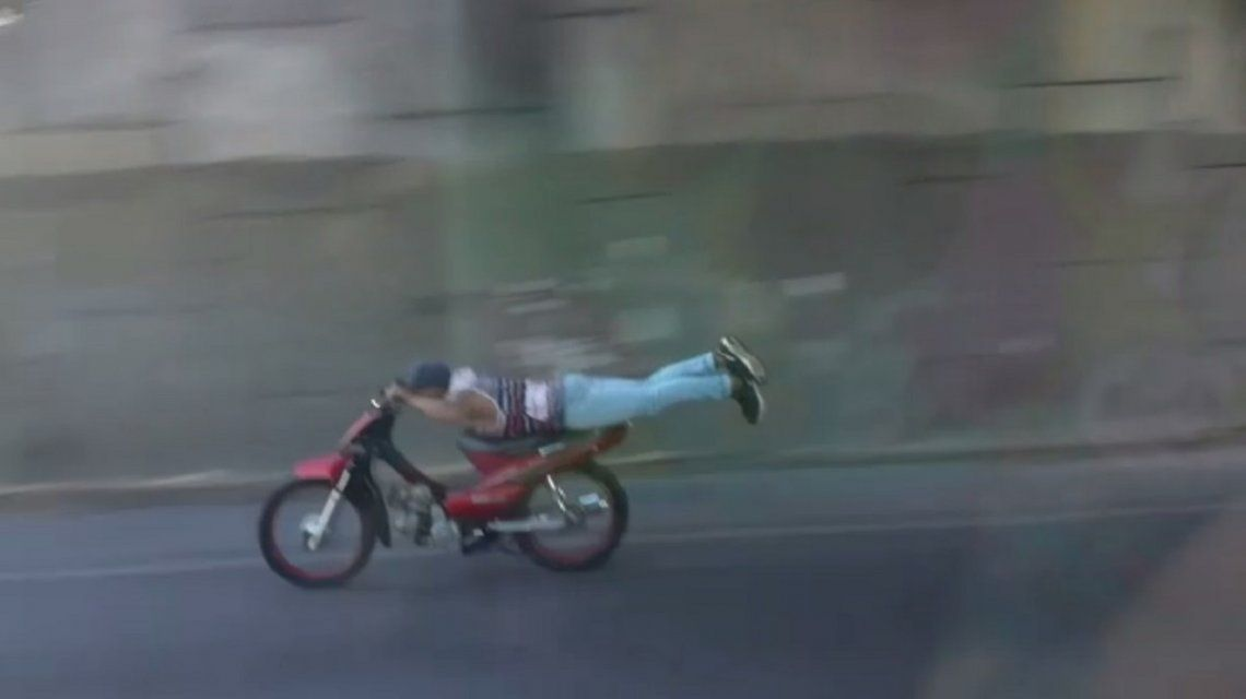 motociclista imprudente en la autopista Cañuelas