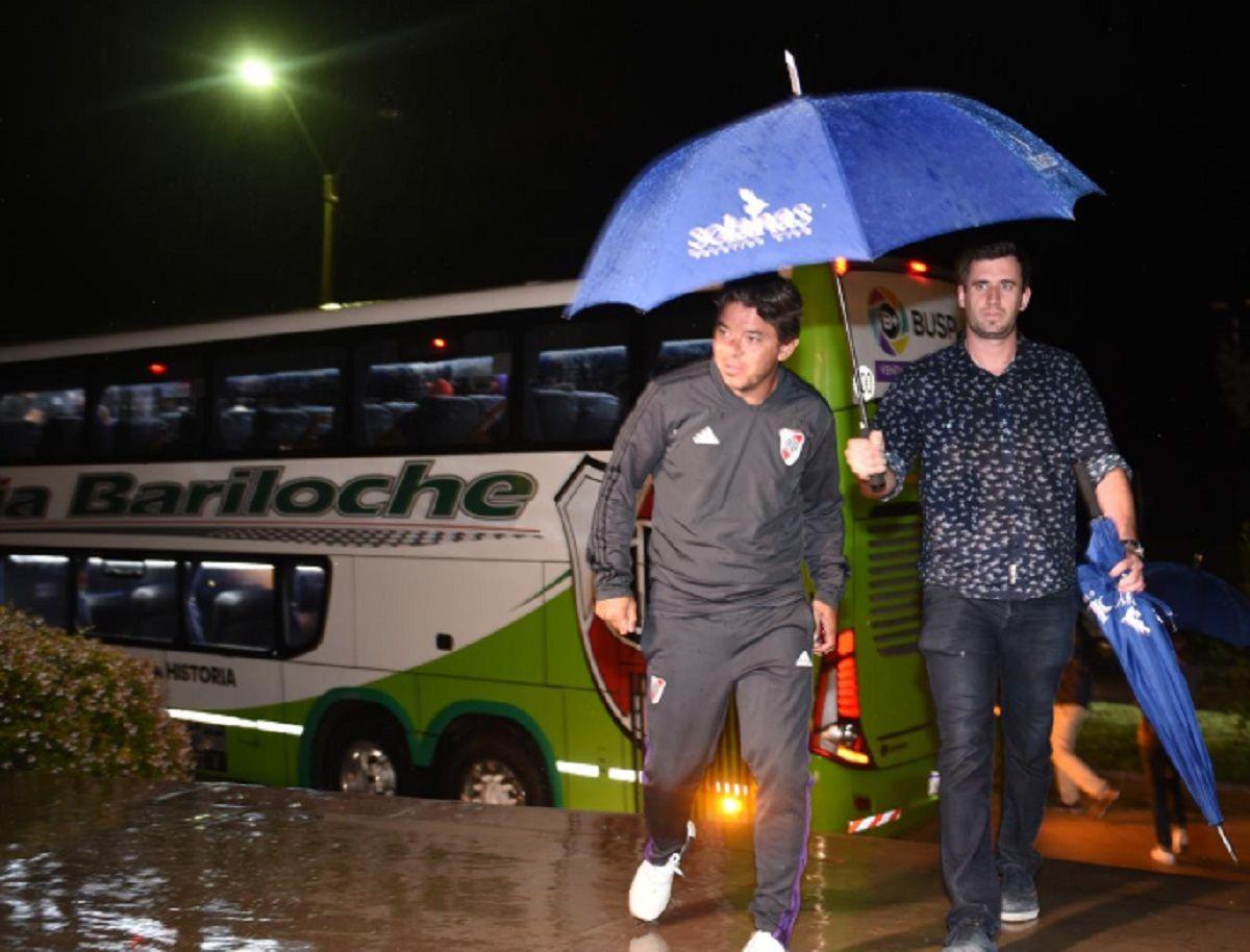 El DT en su llegada a Uruguay (foto: Prensa River)