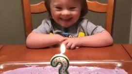 Risa asegurada: una nena y su torta de cumpleaños se convirtieron en un tierno viral