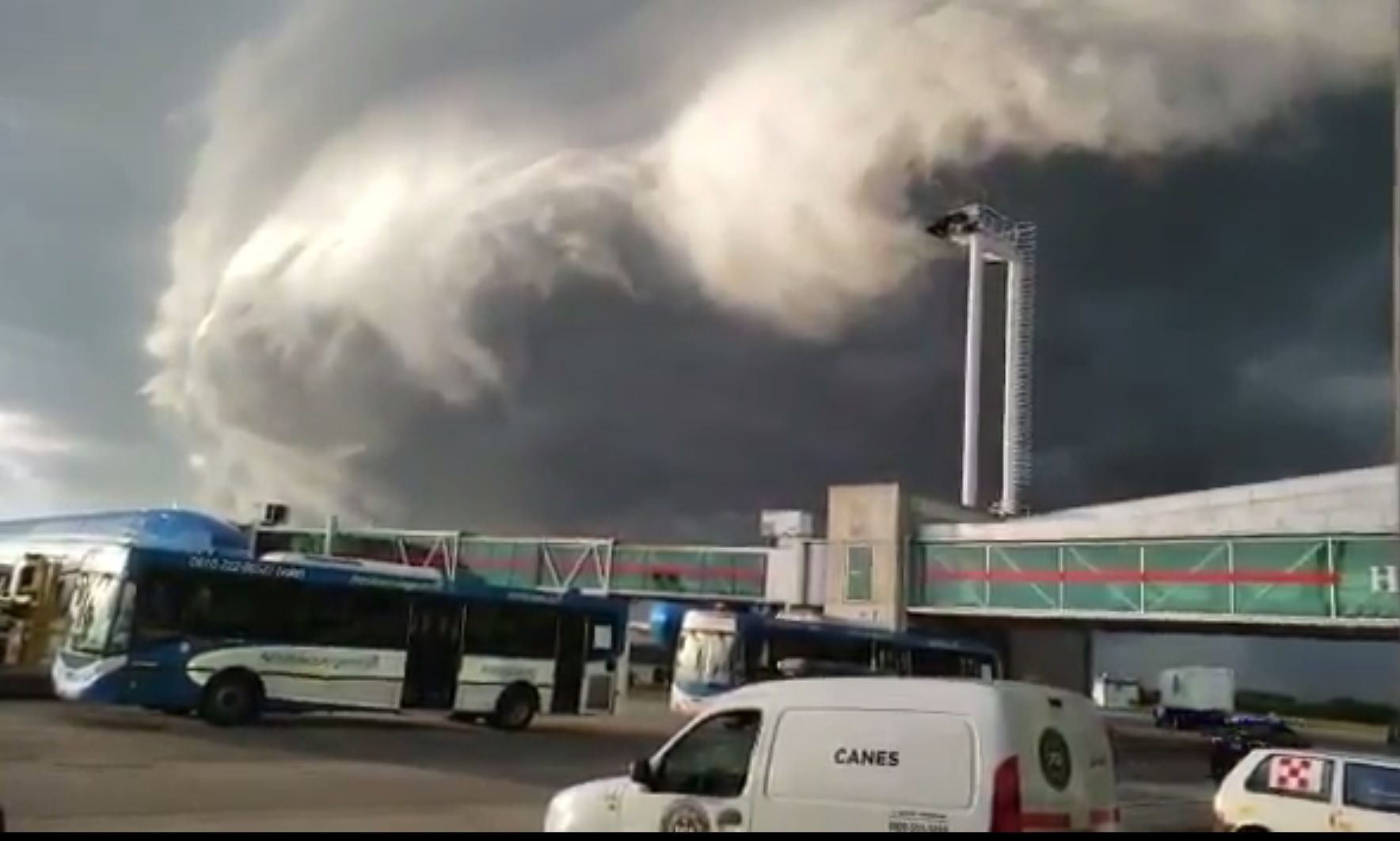 Una imagen apocalíptica: las nubes invadieron el aeropuerto de Ezeiza
