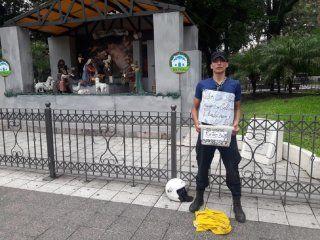 tucuman: policia se encadeno frente a la casa de gobierno y se puso a vender pastafrolas