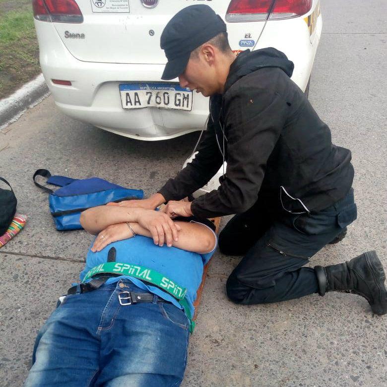 Tucumán: policía se encadenó frente a la Casa de Gobierno y se puso a vender pastafrolas