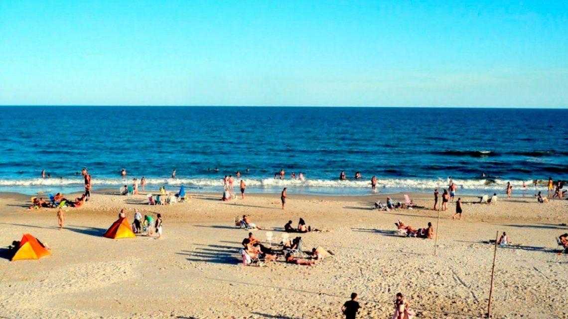 Conmoción en Uruguay: una persona murió por la bacteria de la playa