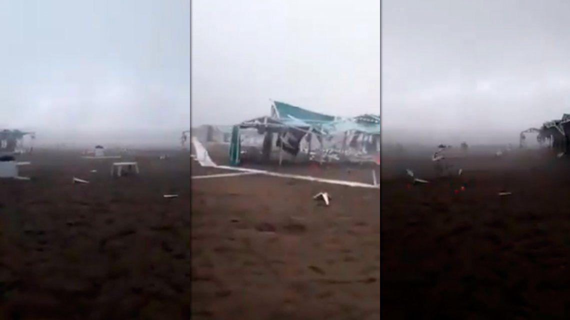 De película: sillas voladoras y carpas destrozadas por una impresionante tormenta en Pinamar