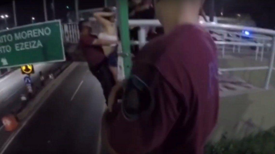 VIDEO: Intentó tirarse de un puente a la autopista Perito Moreno y la Policía salvó su vida