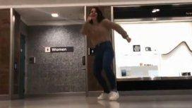 Perdió su vuelo, debió esperar 4 horas y armó el video viral del año en un aeropuerto