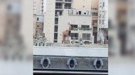 Una pareja fue filmada teniendo sexo en una terraza del Microcentro