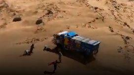 ¡Lo pisó, lo pisó, ayuda!: dramático accidente en pleno desierto durante el Rally Dakar
