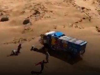 ¡lo piso, lo piso, ayuda!: dramatico accidente en pleno desierto durante el rally dakar
