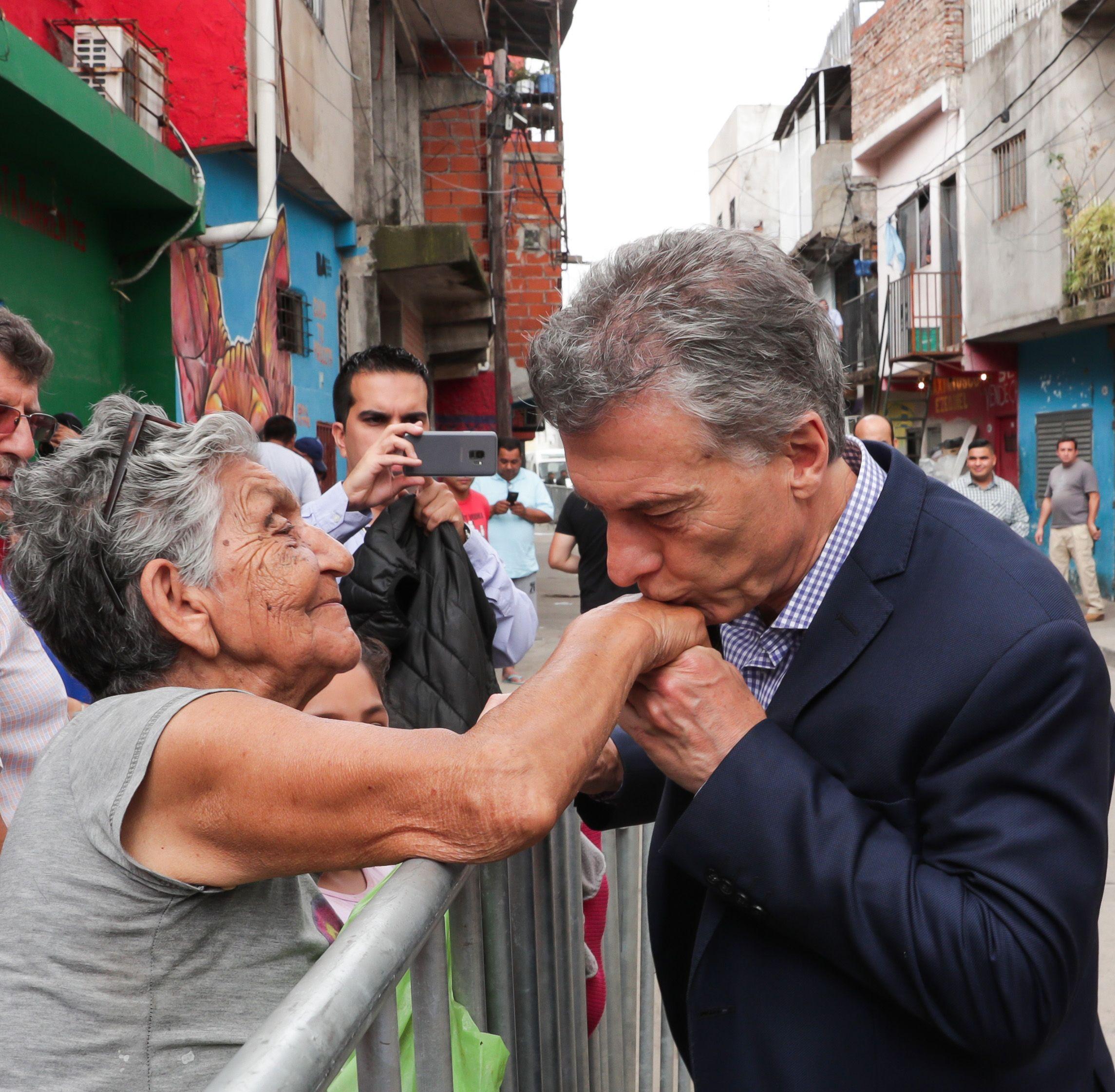 Mauricio Macri saluda a una jubilada