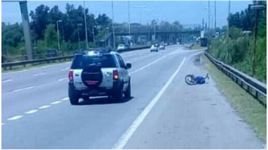 Viajaba en su moto por la autopista de Pilar y murió: buscan testigos del accidente