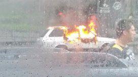 Preocupación por un auto en llamas frente al Congreso