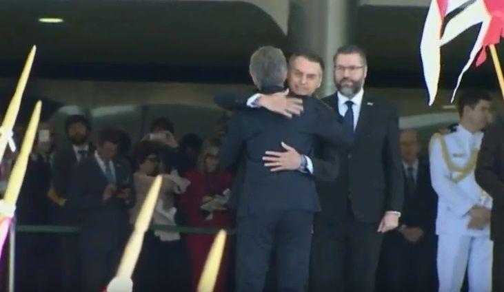 Bolsonaro recibió a Macri con un abrazo y se reunieron en Brasilia