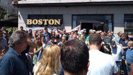 Separado, con una nena y desalojado: la vida de un mozo que trabajó 25 años en la Boston