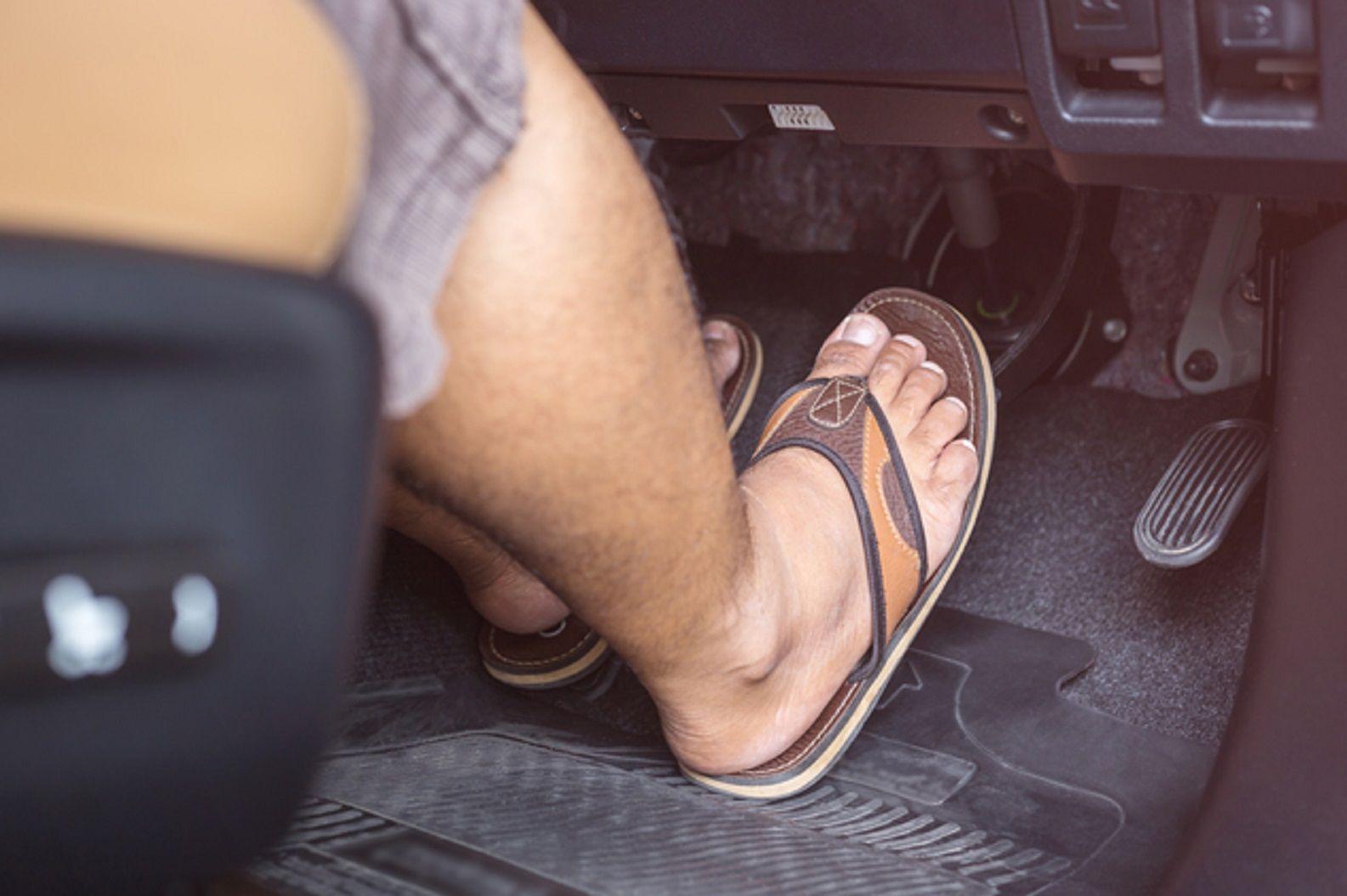 Alerta conductores: manejar con ojotas o sandalias tiene severas multas