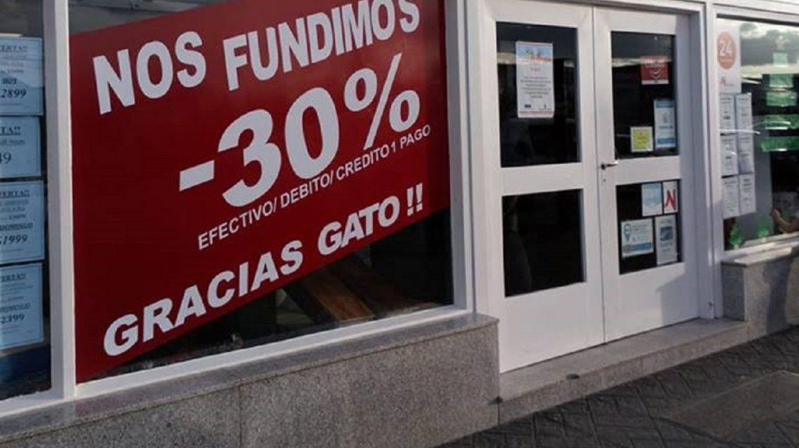 Teme fundirse, pegó un cartel irónico contra Macri y denuncia: Cerrar un local es como perder un hijo