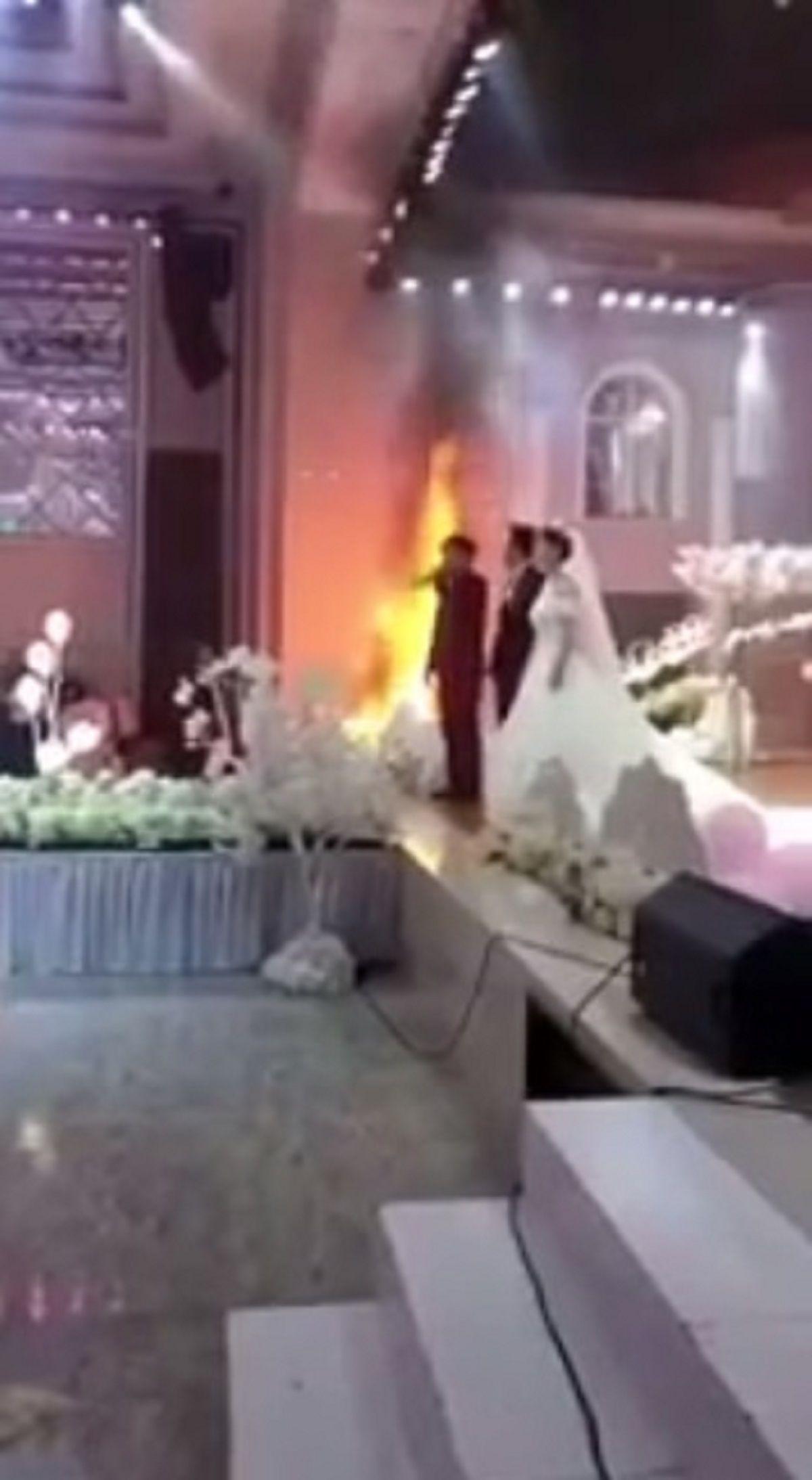 Nos casamos sí o sí: se desató un incendio pero no detuvieron la ceremonia