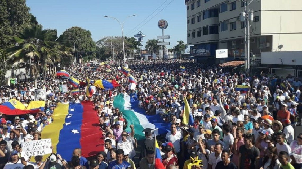 Arde Venezuela: máxima tensión en un país con dos presidentes