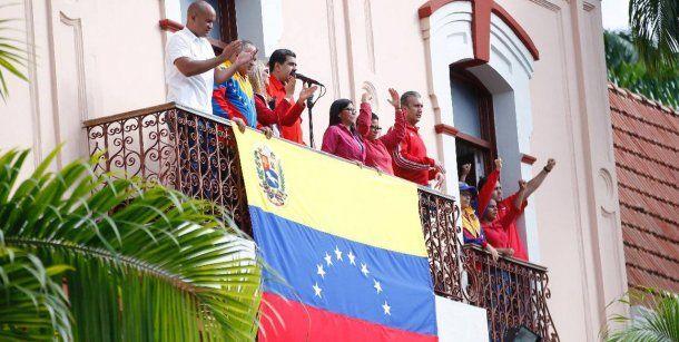 Nicolás Maduro habló a sus manifestantes en el balcón<br>