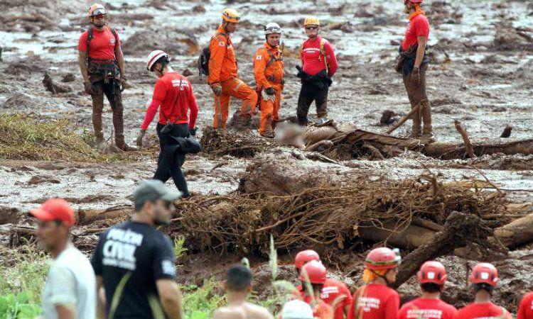 Encontraron un colectivo sepultado por el barro de la represa: no hay sobrevivientes