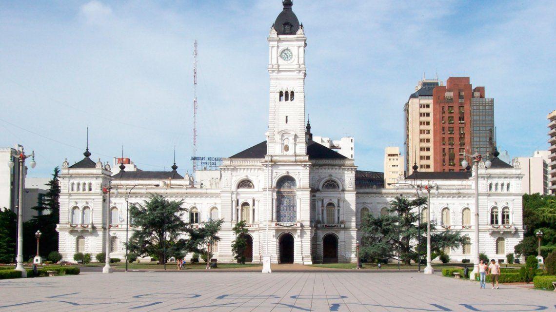 La Plata: marcha atrás con la orden de que las empleadas municipales eviten las polleras cortas