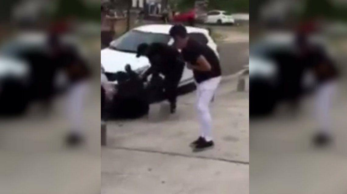 VIDEO: Brutal golpiza de la policía a un grupo de jóvenes a la salida del boliche en Villa Gesell