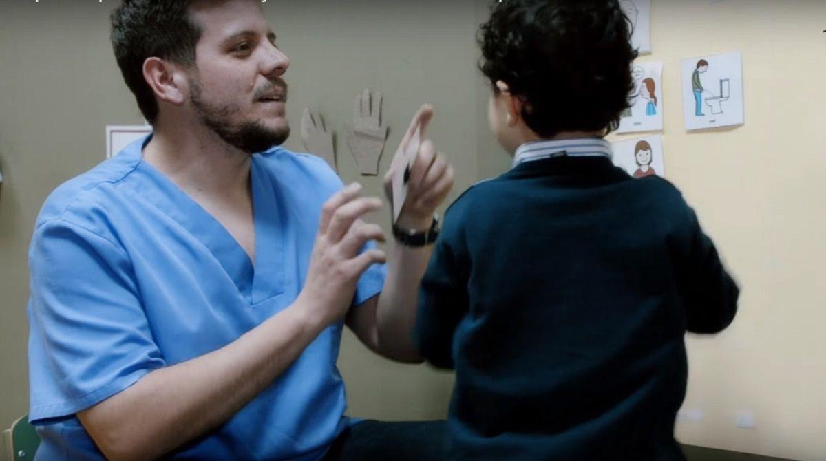 Papás de chicos con discapacidad denuncian que OSDE les cortará un servicio