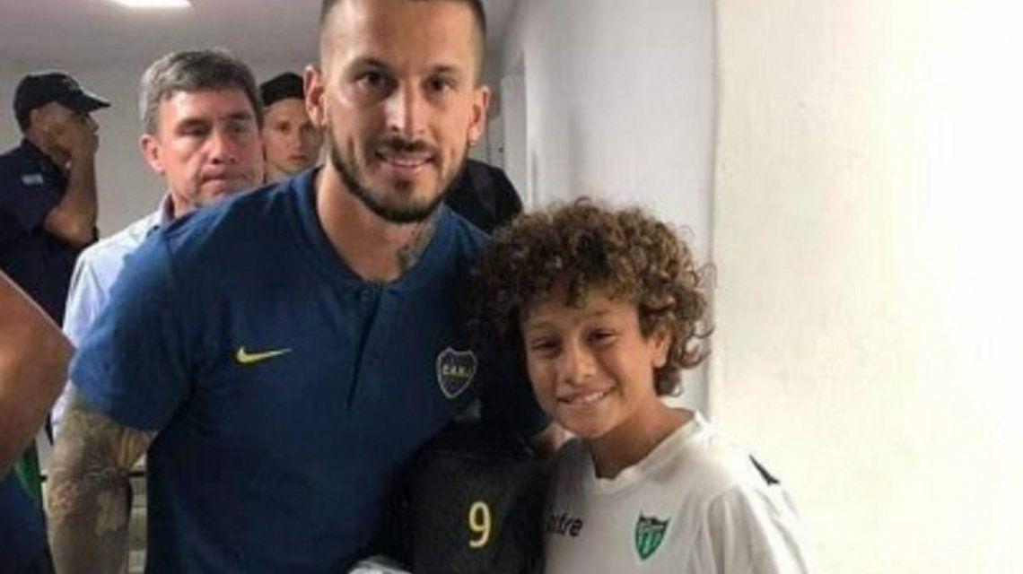 Un nene sanjuanino se burló de Benedetto mientras se sacaba una foto con él
