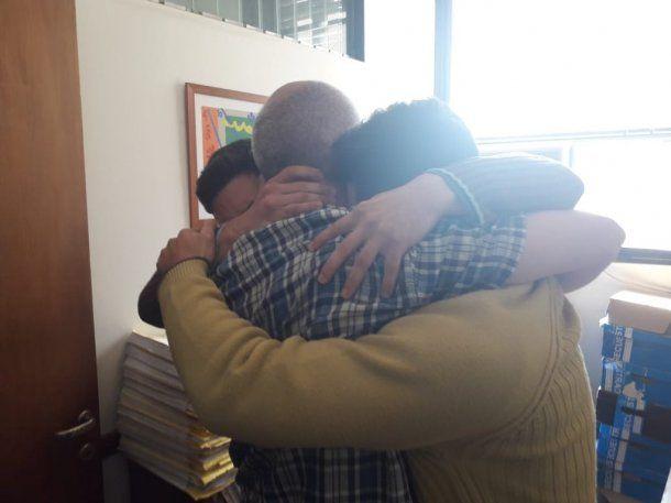 El abrazo sentido en el reencuentro de los Salomon con su padre<br>