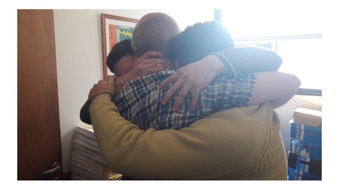 El abrazo sentido en el reencuentro de los Salomon con su padre