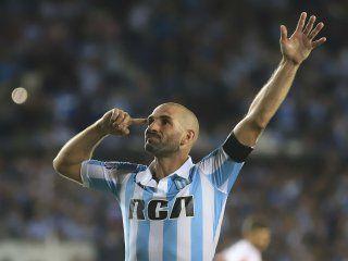 Lisandro López festeja su gol de penal