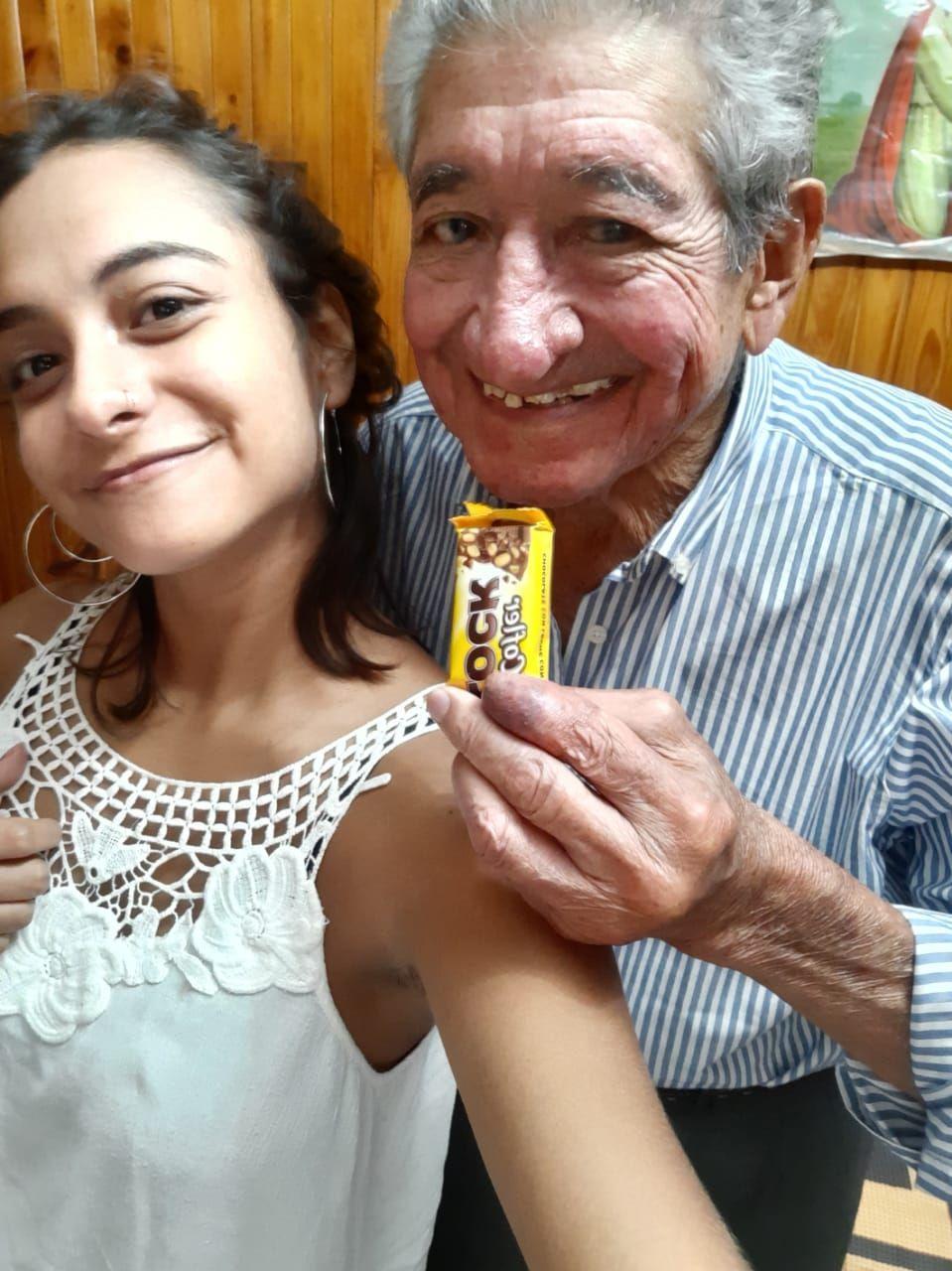 Invitó a su abuelo a comer y conmovió a todos: la tierna historia que revolucionó Twitter