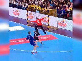 ¡imposible! la champions league de handball y una jugada que ya dio la vuelta al mundo