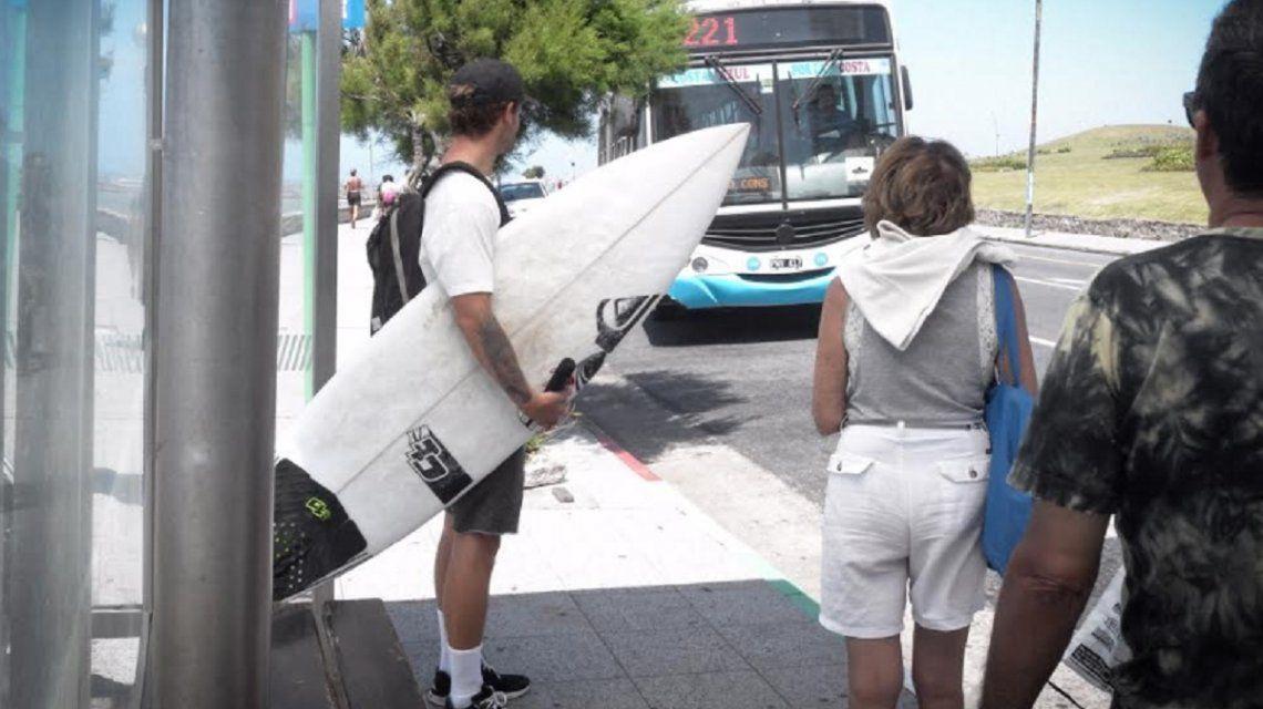 {altText(#SubamosLaTabla es el hashtag para que se sumen al pedido hacia las autoridades,El rezo de un campeón mundial de surf:  que dejen subir tablas a los micros en Mar del Plata)}