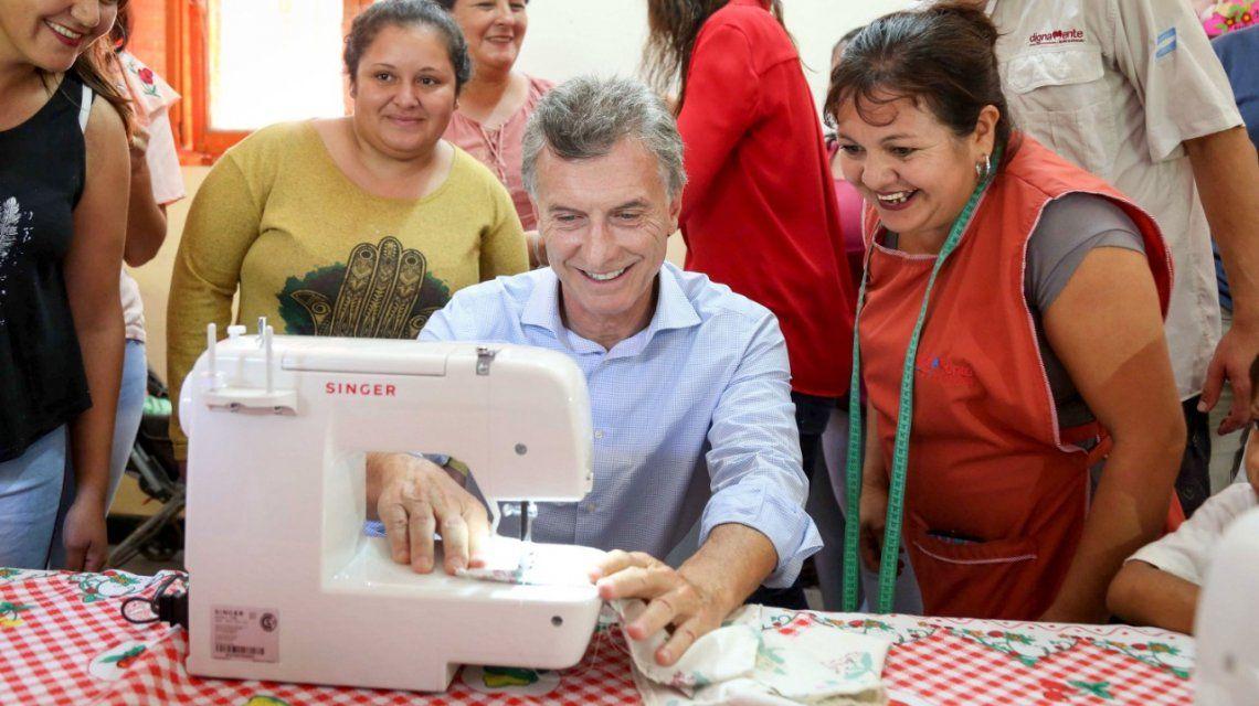 Sonriente, Macri se sacó una foto frente a una Singer que dejó de producirse en el país