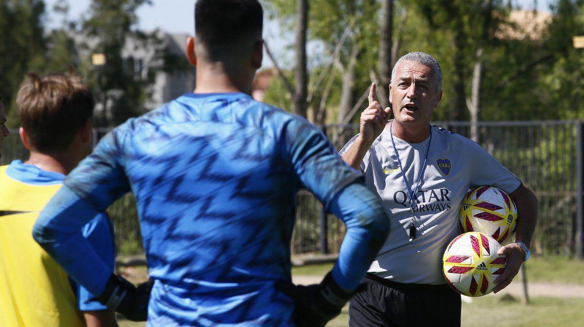 Alfaro le comunicó a Tevez que irá al banco y será reemplazado por Zárate