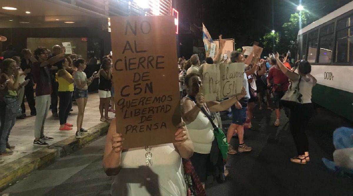 El Gobierno quiere cerrar minutouno.com y C5N: abrazo solidario en la puerta del canal