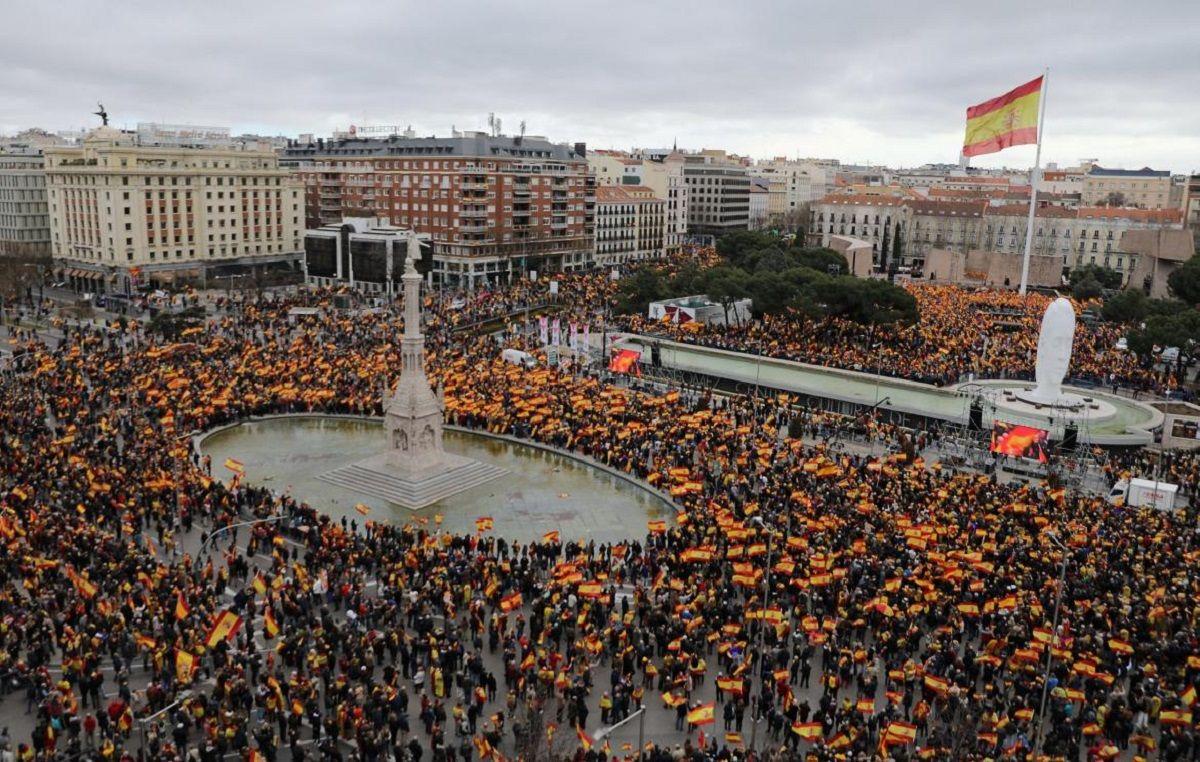 La derecha y los ultras de Vox se movilizan en España para pedir la destitución de Sánchez