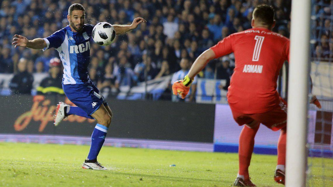 Lisandro López ante Armani en el clásico de la Superliga 2017/18
