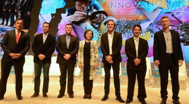 El presidente Macri junto a Alec Oxenford y otros empresarios del sector