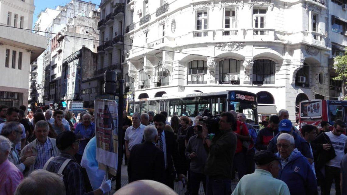 El Gobierno quiere cerrar minutouno.com y C5N: multitudinaria marcha en apoyo a los trabajadores