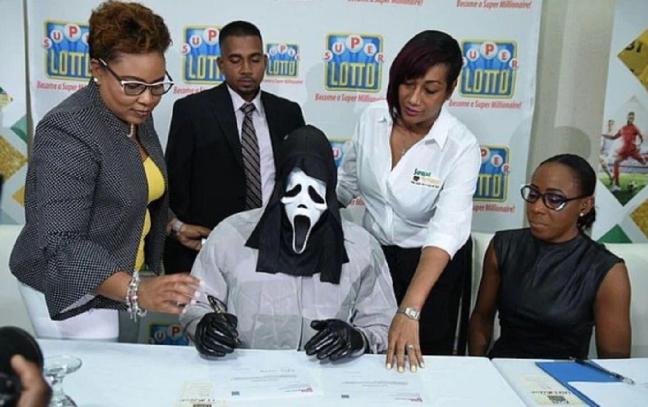 Ganó la lotería y fue a buscar el premio disfrazado para no compartirlo con nadie