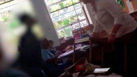 La menor hablaba por teléfono en clase