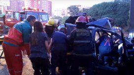 Un hombre fue rescatado por los bomberos del auto
