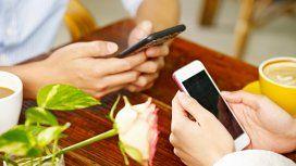 Casi el 60% de las personas mira su celular en medio de una charla