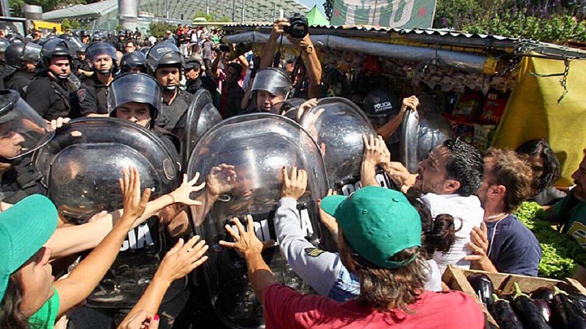 Dura represión policial durante el verdurazo en Plaza Constitución