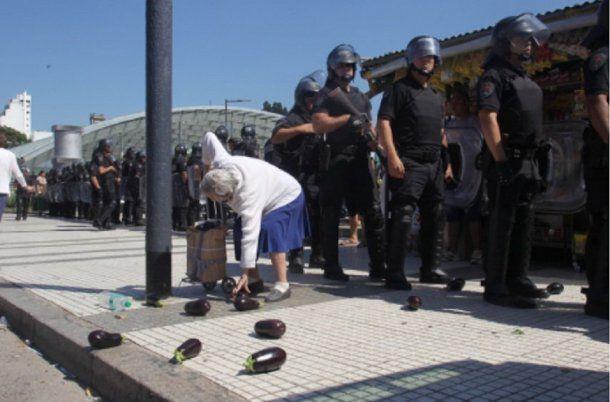 La policía desalojó el feriazo y los alimentos terminaron en la vereda<br>